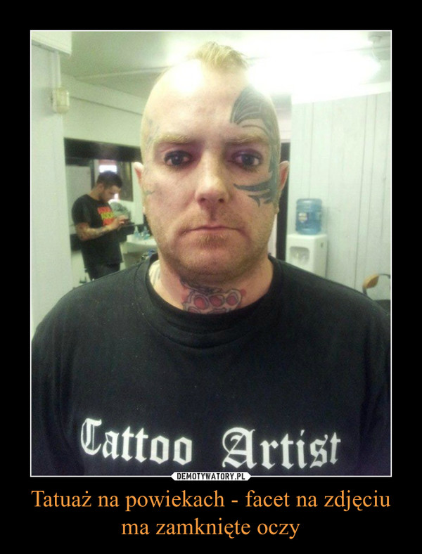Tatuaż na powiekach - facet na zdjęciu ma zamknięte oczy –
