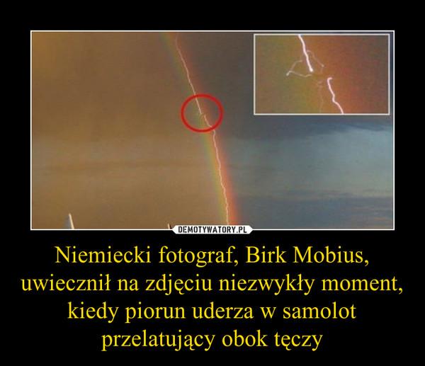 Niemiecki fotograf, Birk Mobius, uwiecznił na zdjęciu niezwykły moment, kiedy piorun uderza w samolot przelatujący obok tęczy –