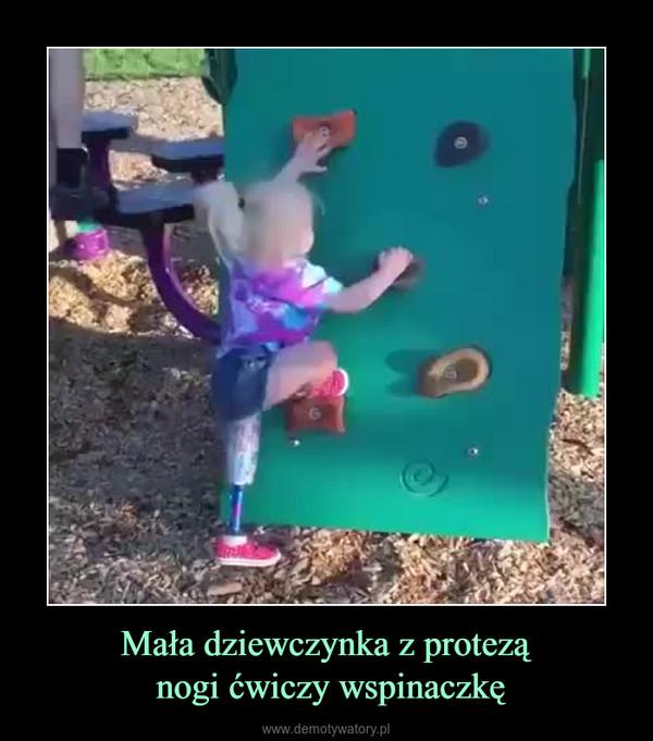 Mała dziewczynka z protezą nogi ćwiczy wspinaczkę –