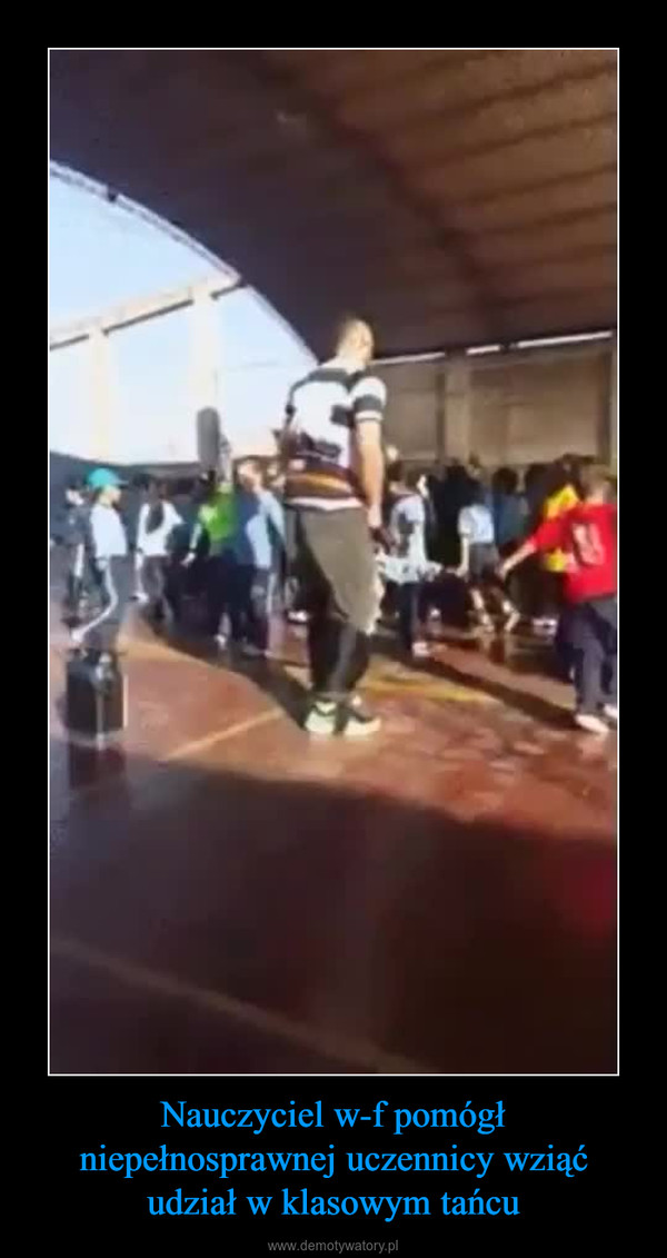 Nauczyciel w-f pomógł niepełnosprawnej uczennicy wziąć udział w klasowym tańcu –