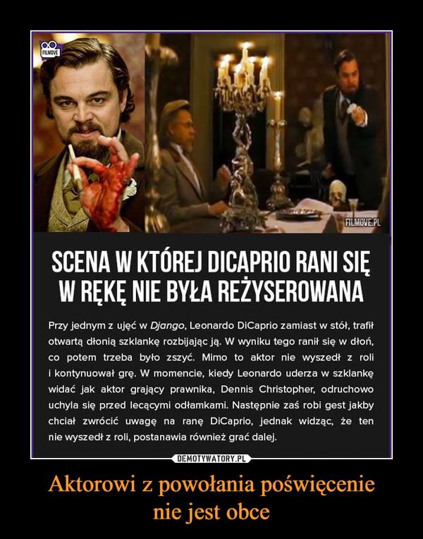 Aktorowi z powołania poświęcenienie jest obce –  SCENA W KTÓREJ DICAPRIO RANI SIĘW RĘKĘ NIE BYLA REŻYSEROWANAPrzy jednym z ujęć w Django, Leonardo DiCaprio zamiast w stół, trafiłotwartą dłonią szklankę rozbijając ją. W wyniku tego ranił się w dłoń,co potem trzeba byto zszyć. Mimo to aktor nie wyszedł z rolii kontynuowat grę. W momencie, kiedy Leonardo uderza w szklankęwidać jak aktor grający prawnika, Dennis Christopher, odruchowouchyla się przed lecącymi odłamkami. Następnie zaś robi gest jakbychciał zwrócić uwagę na ranę DiCaprio, jednak widząc, że tennie wyszedł z roli, postanawia również grać dalej.