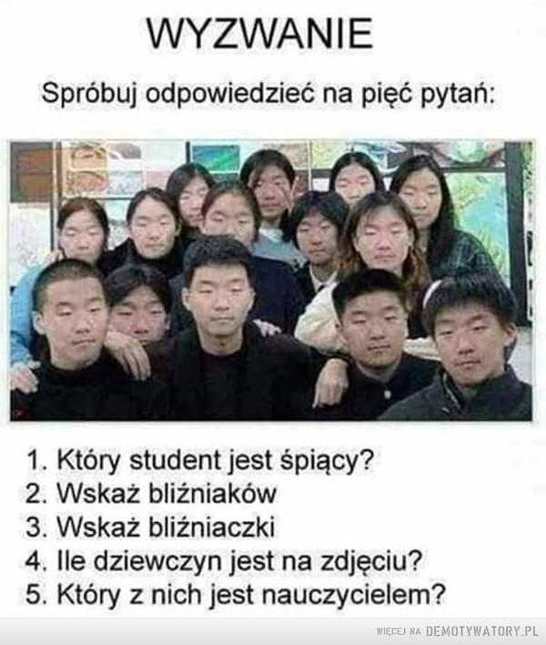 Quiz... – Szybkie pytanka WYZWANIESpróbuj odpowiedzieć na pięć pytań:1. Który student jest śpiący?2. Wskaż bliźniaków3. Wskaż bliźniaczki4. lle dziewczyn jest na zdjęciu?5. Który z nich jest nauczycielem?
