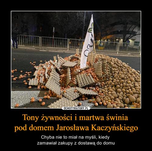 Tony żywności i martwa świnia  pod domem Jarosława Kaczyńskiego
