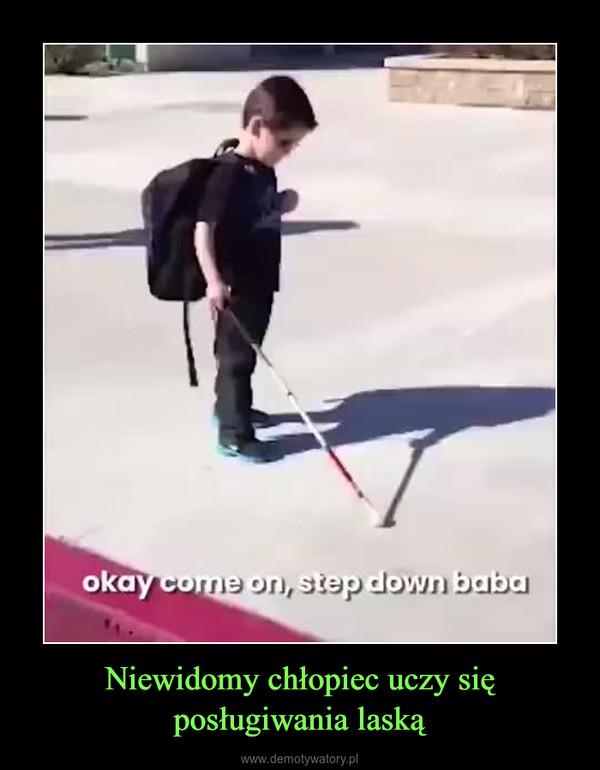 Niewidomy chłopiec uczy się posługiwania laską –
