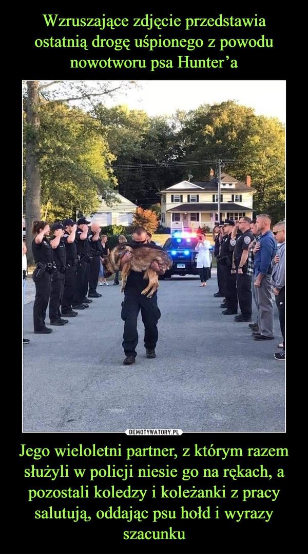 Jego wieloletni partner, z którym razem służyli w policji niesie go na rękach, a pozostali koledzy i koleżanki z pracy salutują, oddając psu hołd i wyrazy szacunku –