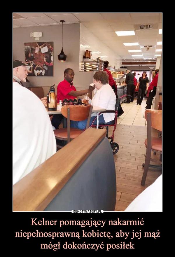 Kelner pomagający nakarmić niepełnosprawną kobietę, aby jej mąż mógł dokończyć posiłek –