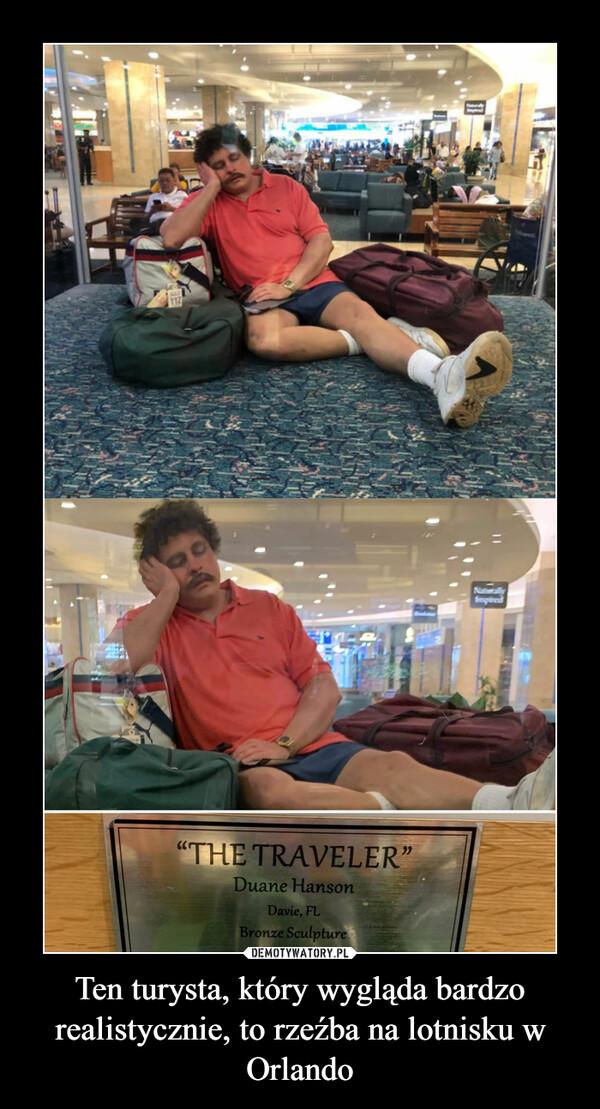 Ten turysta, który wygląda bardzo realistycznie, to rzeźba na lotnisku w Orlando –